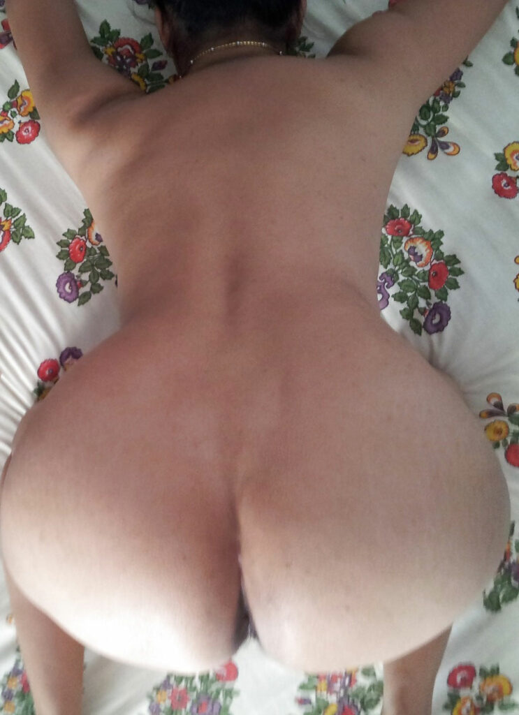 amazing wife shows her ass
